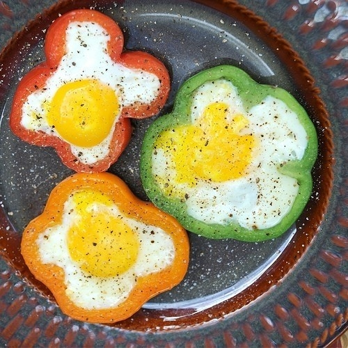 Fried eggs and pepper slices