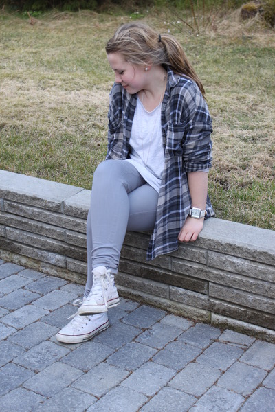 gray-pants-gray-shirt-gray-top-white-converse-shoes_400