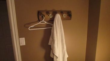 build-a-vintage-doorknob-coat-rack (2)