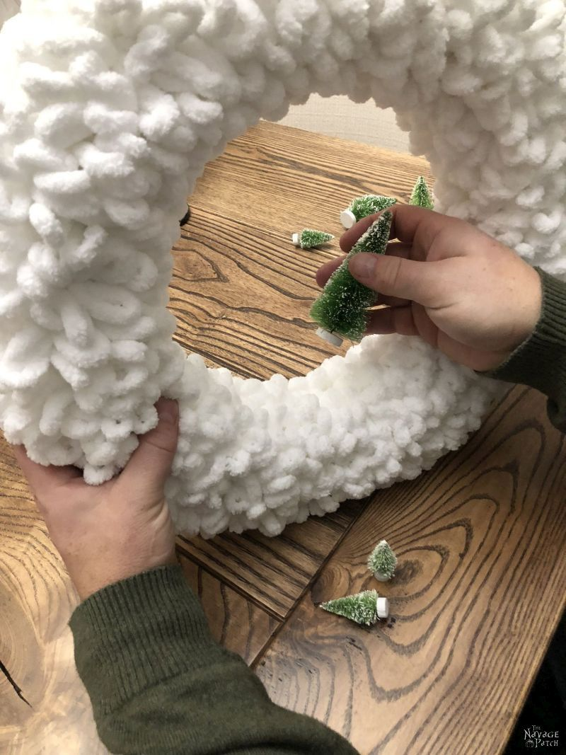 DIY-Winter-Loop-Yarn-Wreath-012